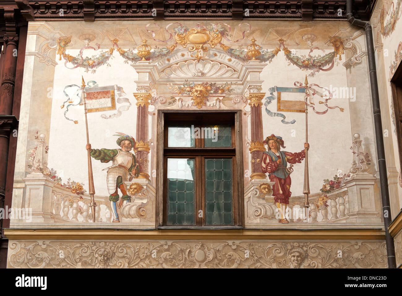Peinture murale et des détails architecturaux dans la cour du château de Peleș à Sinaia dans la région de Transylvanie du centre de la Roumanie. Photo Stock