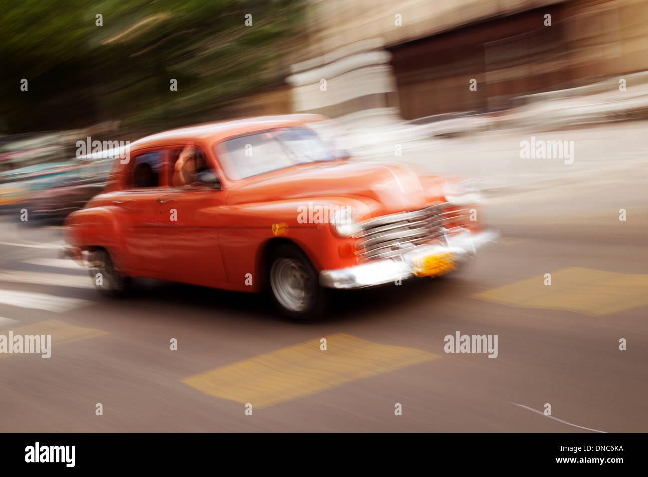 Voiture américaine classique dans la rue avec le flou, La Havane, Cuba, Caraïbes, Amérique Latine Photo Stock