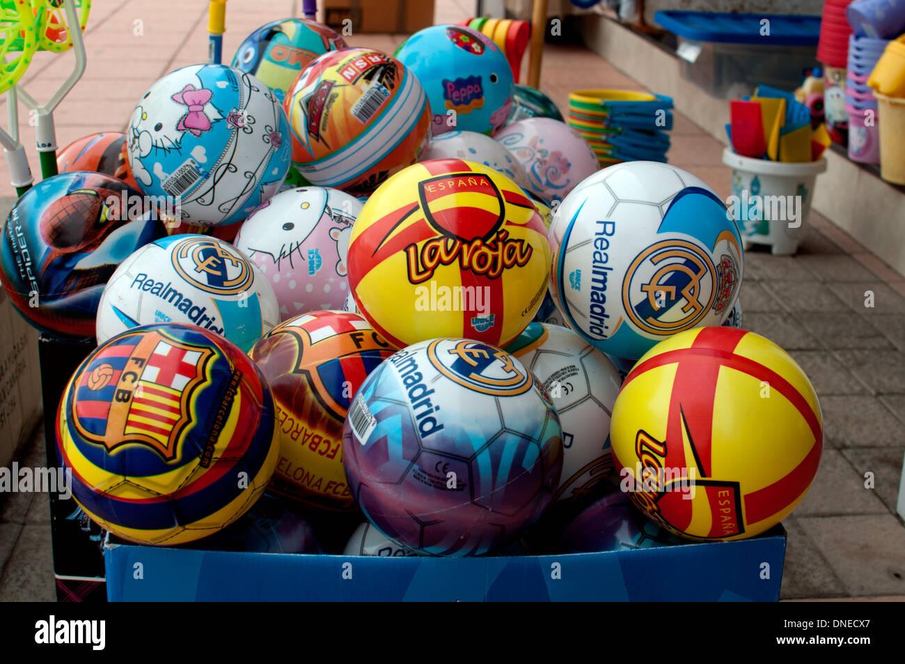 Ballons en plastique en vente, Morro del Jable, Fuerteventura, Îles Canaries, Espagne. Banque D'Images