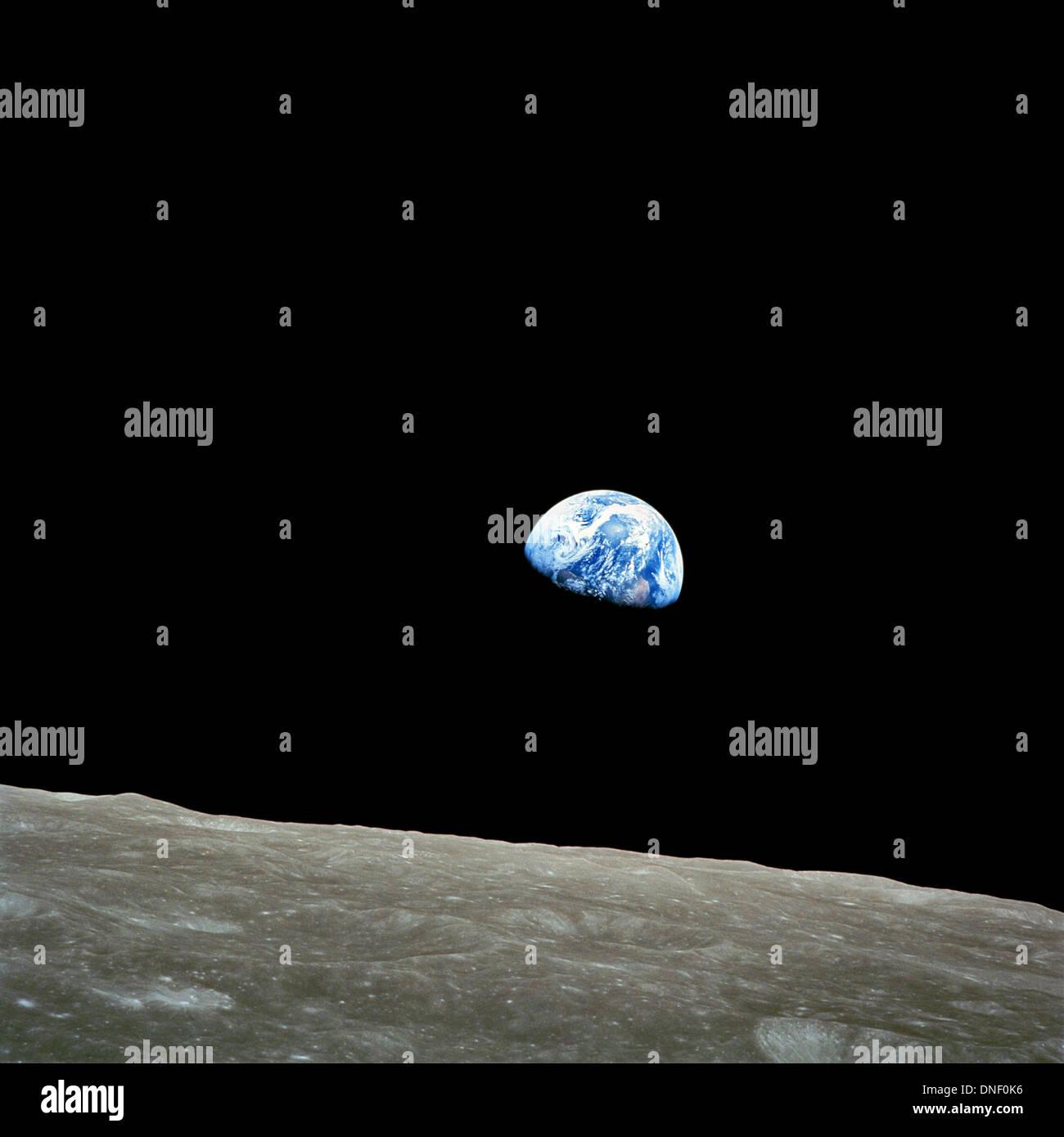 Vue de la terre avec l'horizon lunaire prise par l'astronaute Apollo 8 William Anders comme le module de commande arrondi la face cachée de la lune le 24 décembre 1968. L'image appelée Earthrise était la première image de la Terre à partir de l'espace profond et célèbre 45 ans au 24 décembre 2013. Photo Stock