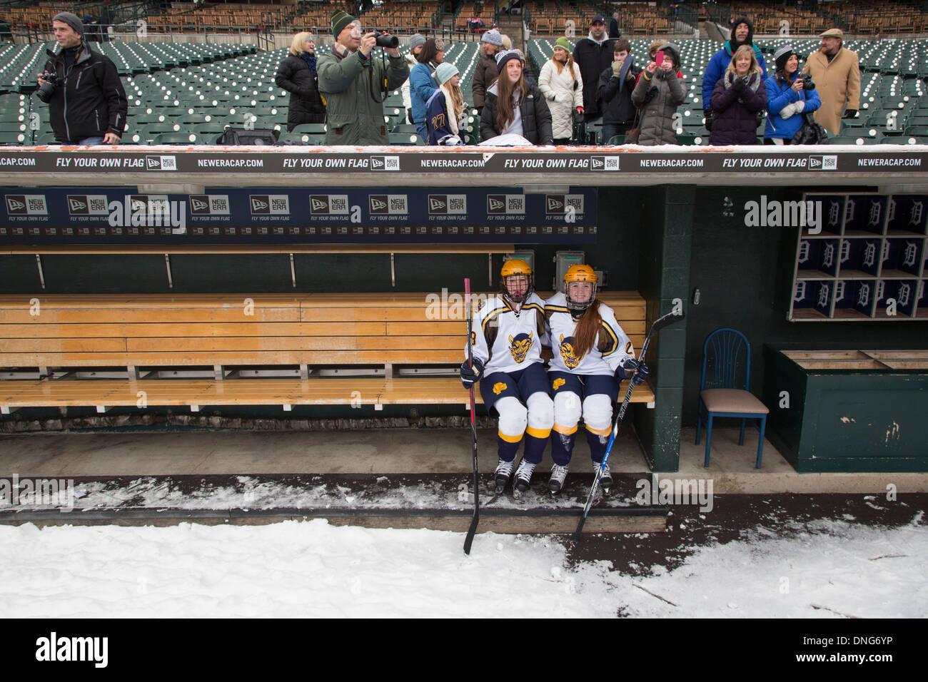 High School Girls Hockey sur Glace Photo Stock