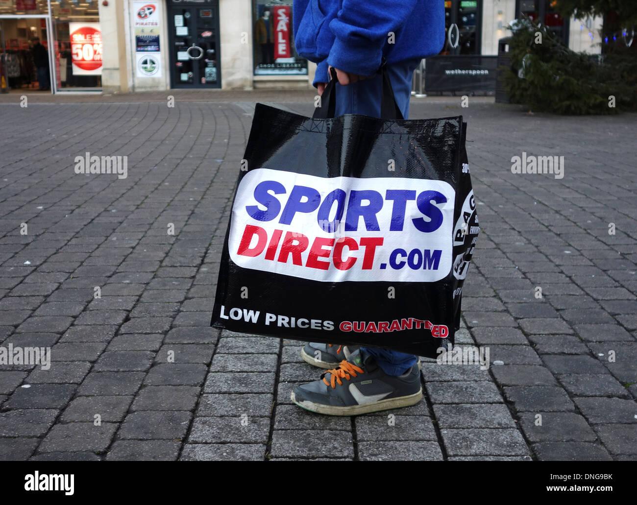 Un client portant un sac shopping sports direct Photo Stock