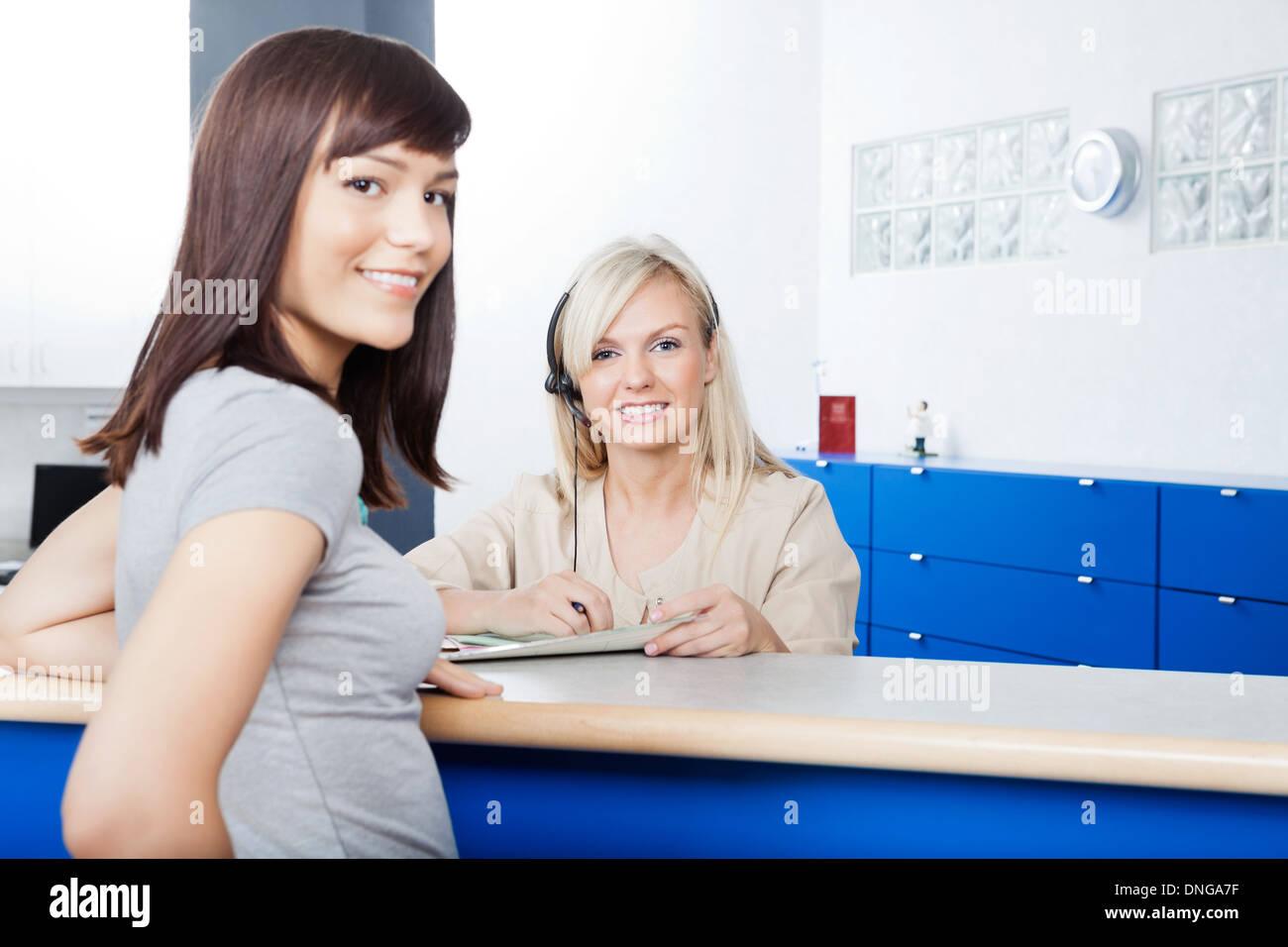 Femme avec forme de remplissage réceptionniste au bureau du