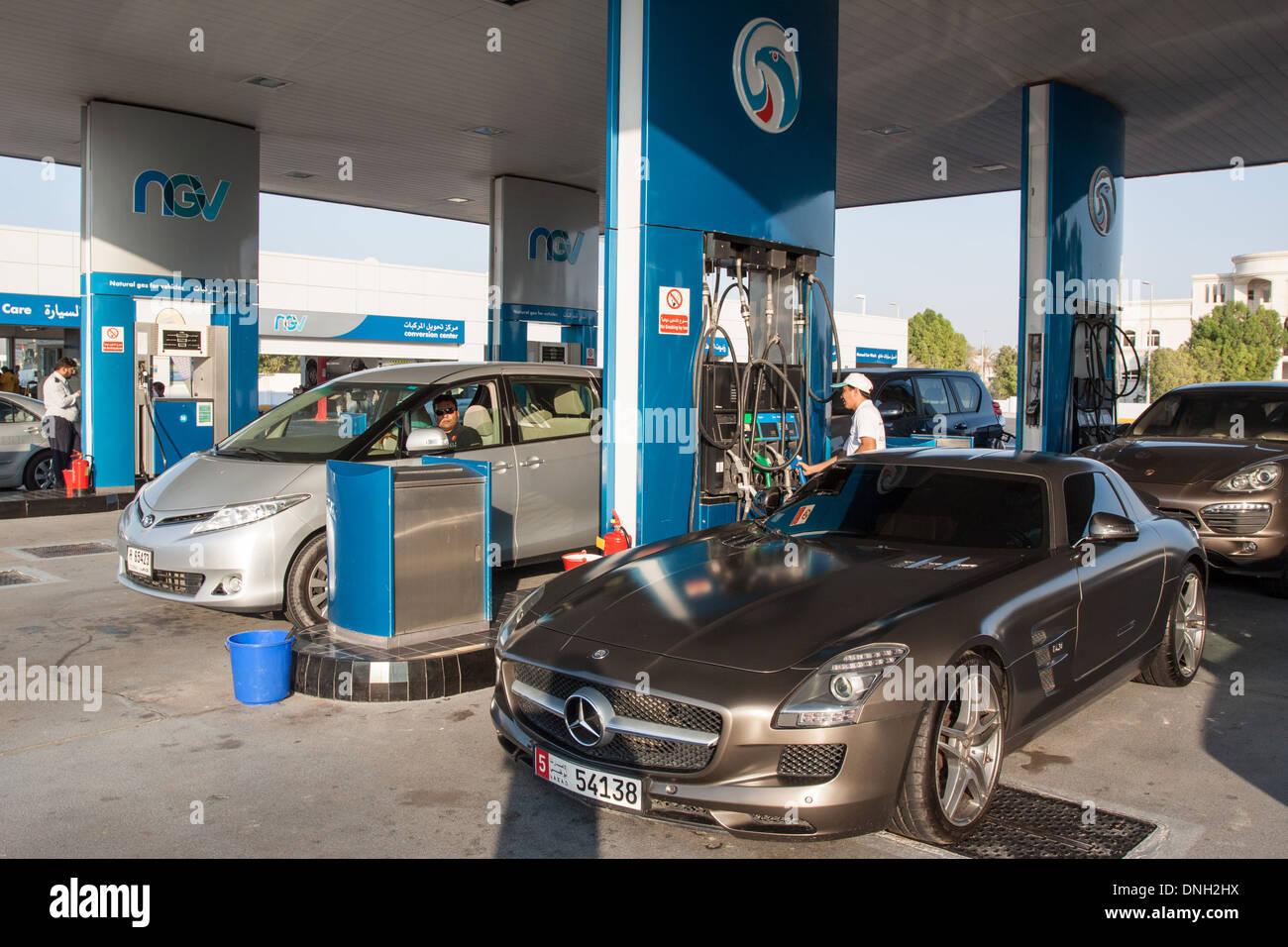 Le remplissage des voitures avec l'ESSENCE À UNE STATION-SERVICE À ABU DHABI, ÉMIRATS ARABES UNIS, MOYEN ORIENT Photo Stock