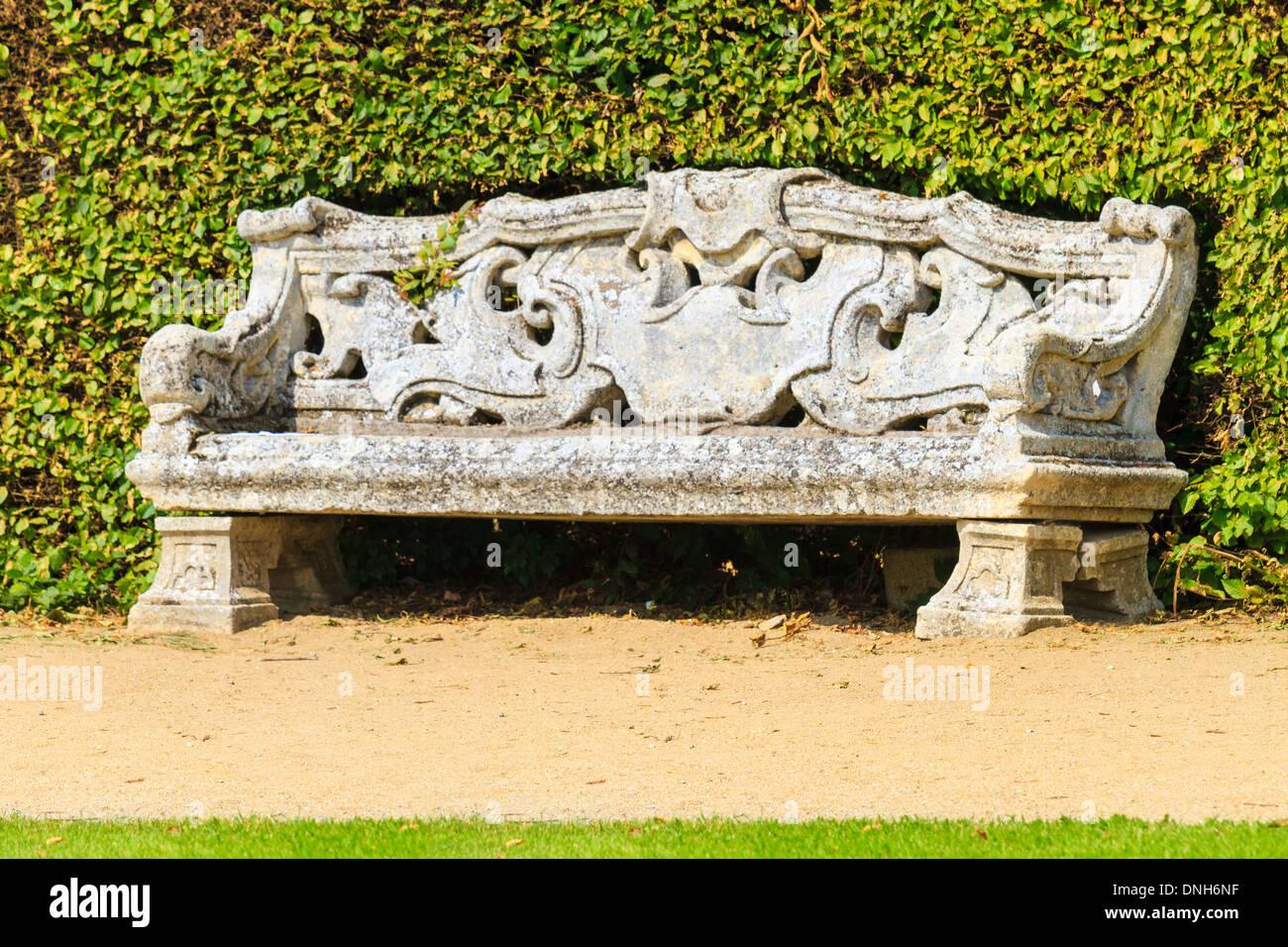 plantes ornementales jardin anglais avec banc en pierre banque d