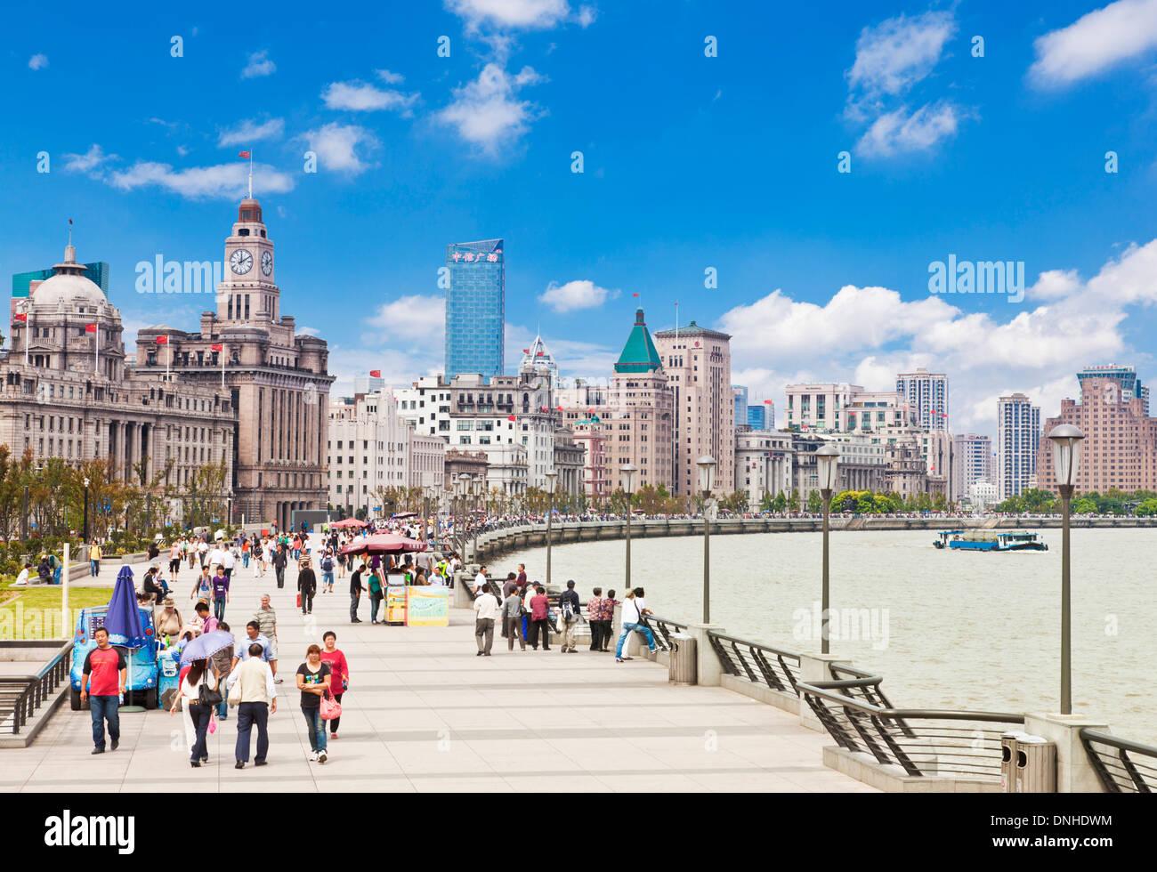 Beaucoup de gens se promener le long de la promenade du Bund Shanghai, République populaire de Chine, République populaire de Chine, l'Asie Photo Stock