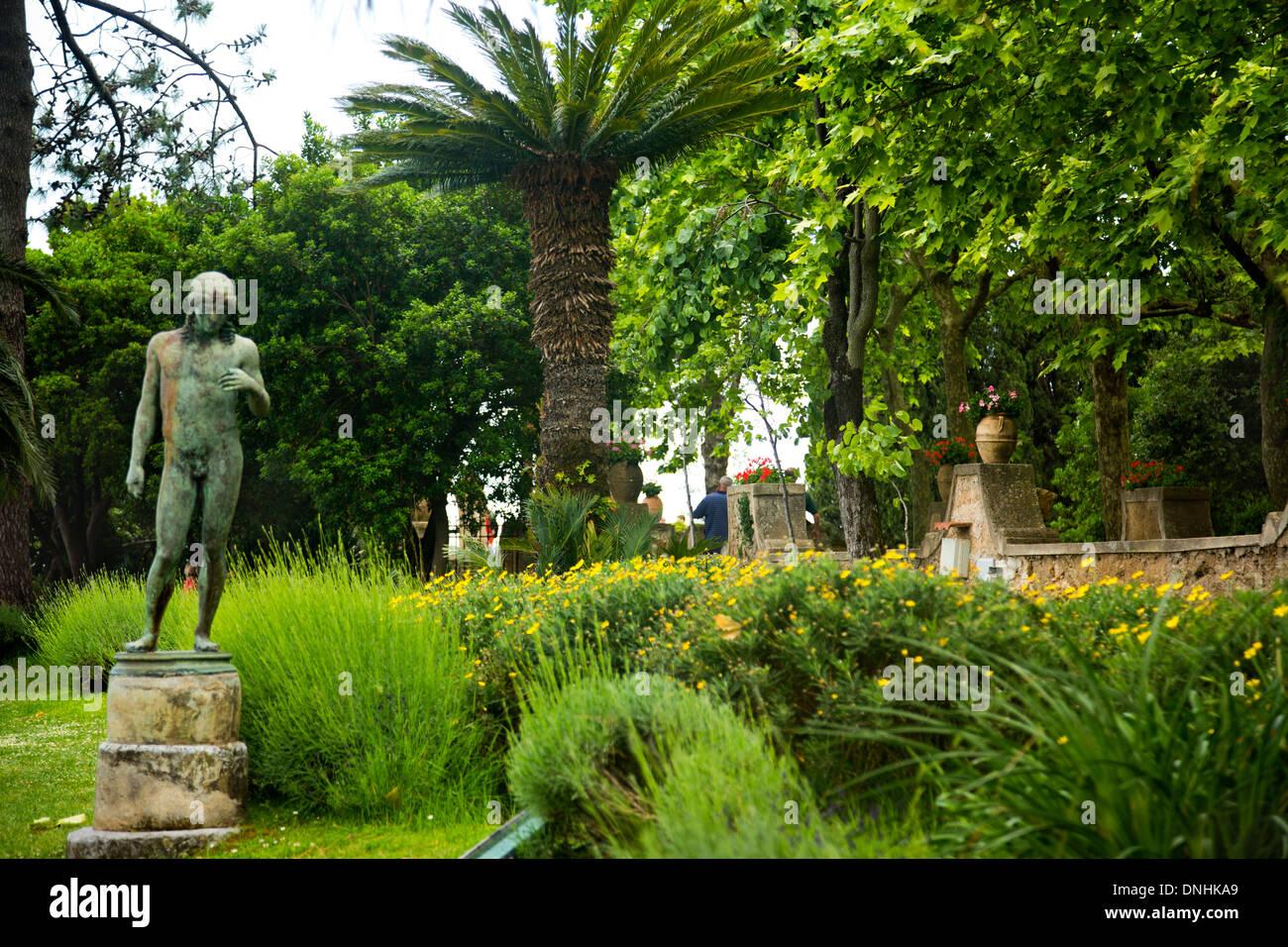 Statue dans un jardin, la Villa Cimbrone, Ravello, Province de Salerne, Campanie, Italie Banque D'Images