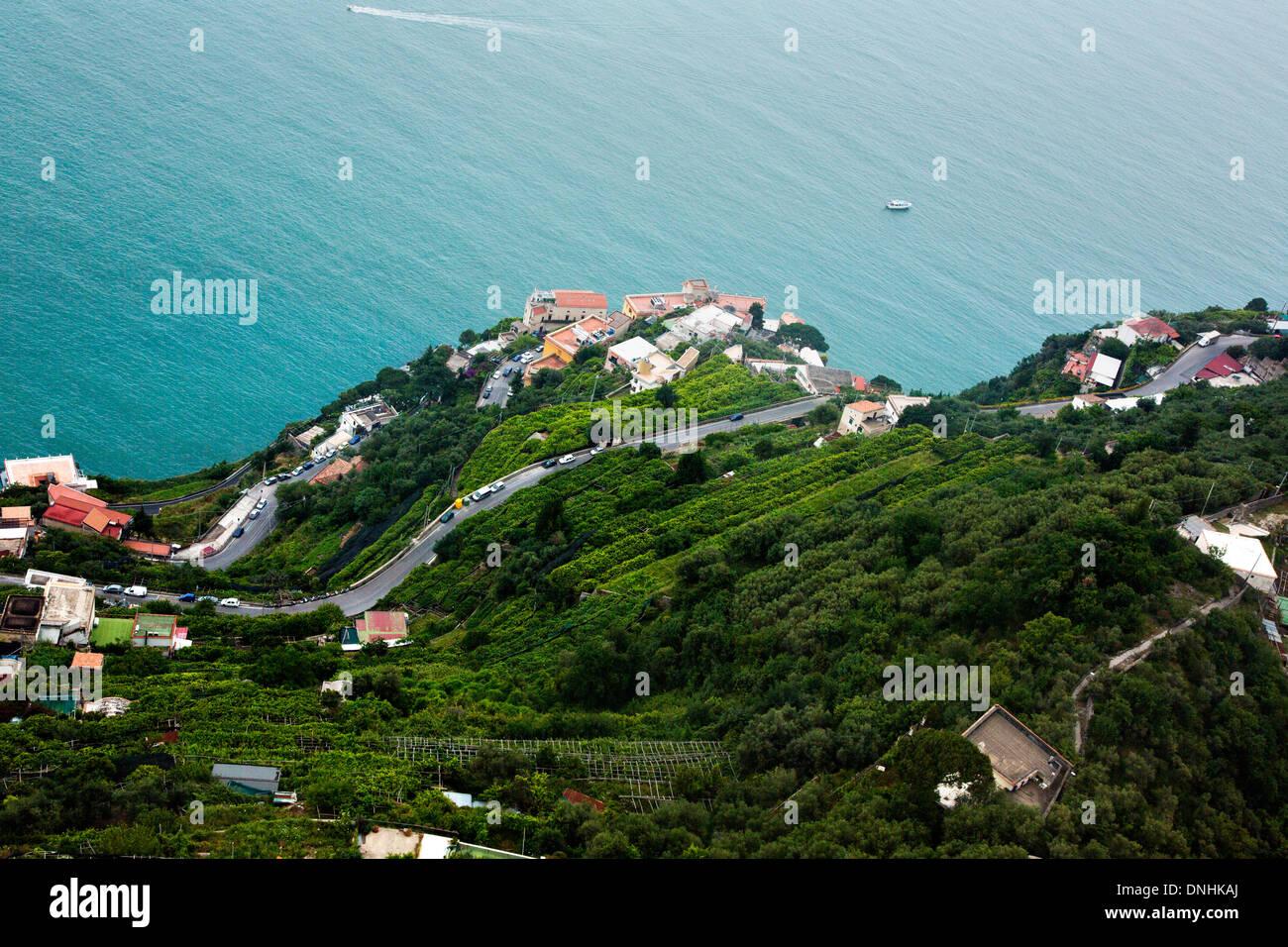 Vue aérienne de maisons sur la côte, la Villa Cimbrone, Ravello, Province de Salerne, Campanie, Italie Banque D'Images