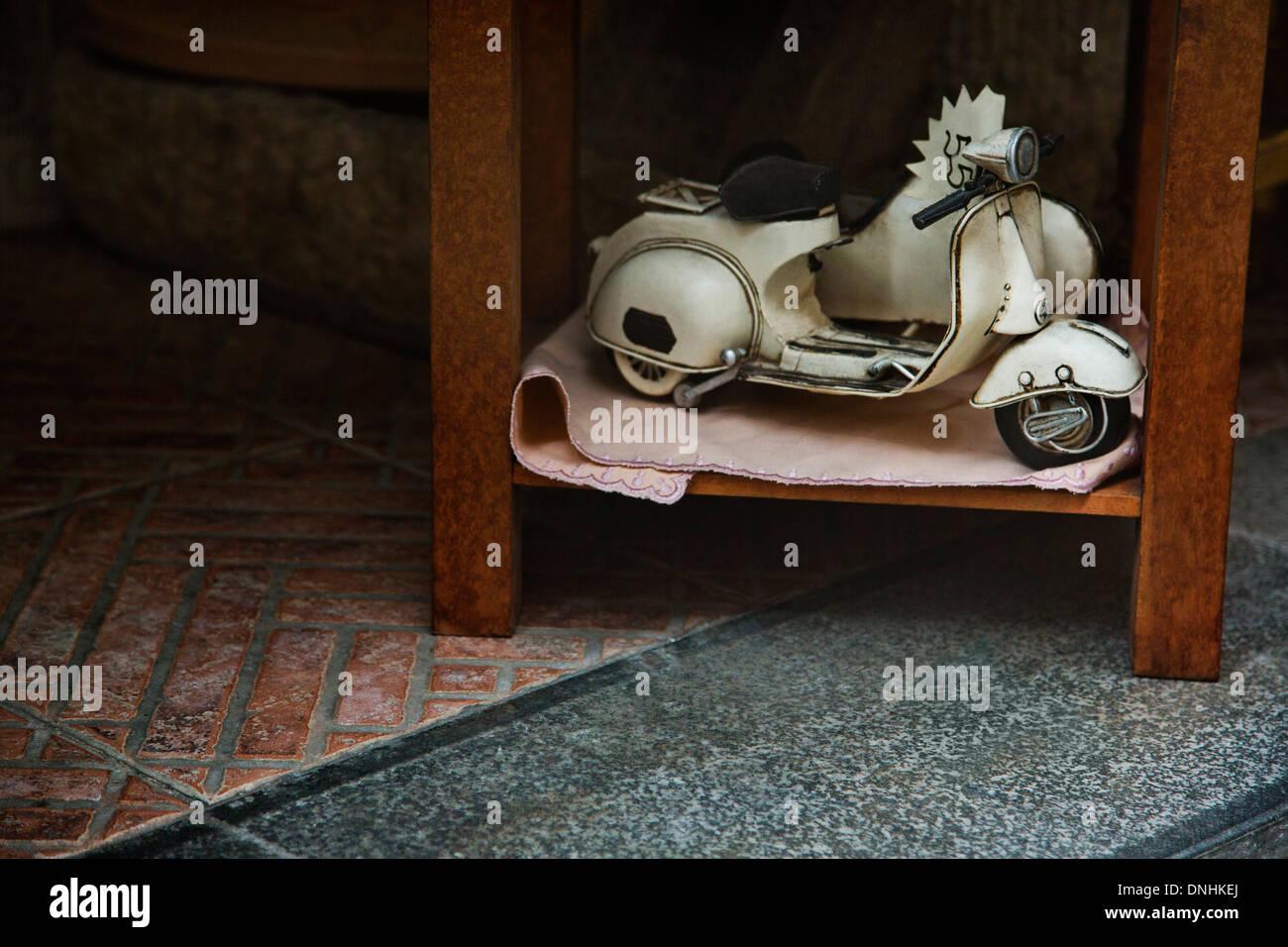 Close-up d'un jouet à vendre scooter, Amalfi, Province de Salerne, Campanie, Italie Banque D'Images