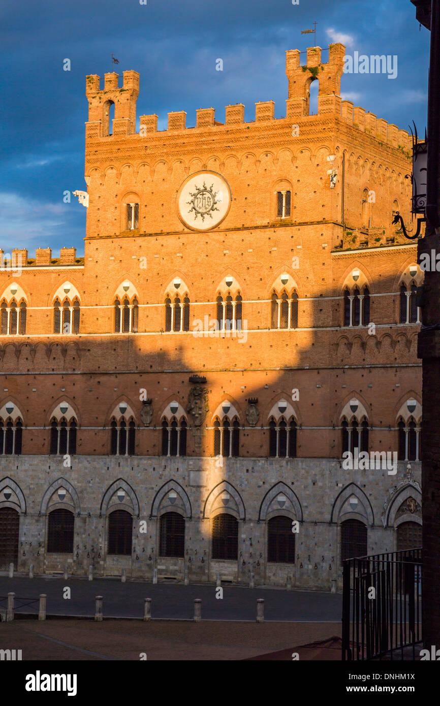 Façade de l'Hôtel de Ville, le Palazzo Pubblico, Piazza del Campo, Sienne, Province de Sienne, Toscane, Italie Banque D'Images