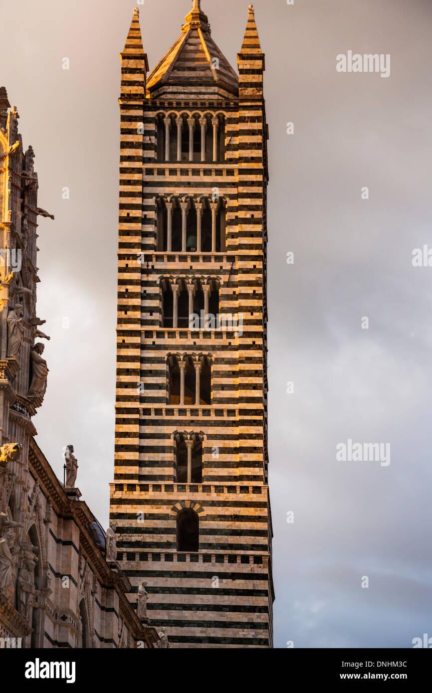 Low angle view of a Bell Tower, la Cathédrale de Sienne, Sienne, Province de Sienne, Toscane, Italie Banque D'Images