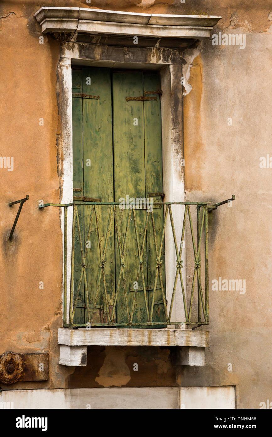 Porte fermée d'un balcon, Venise, Vénétie, Italie Banque D'Images