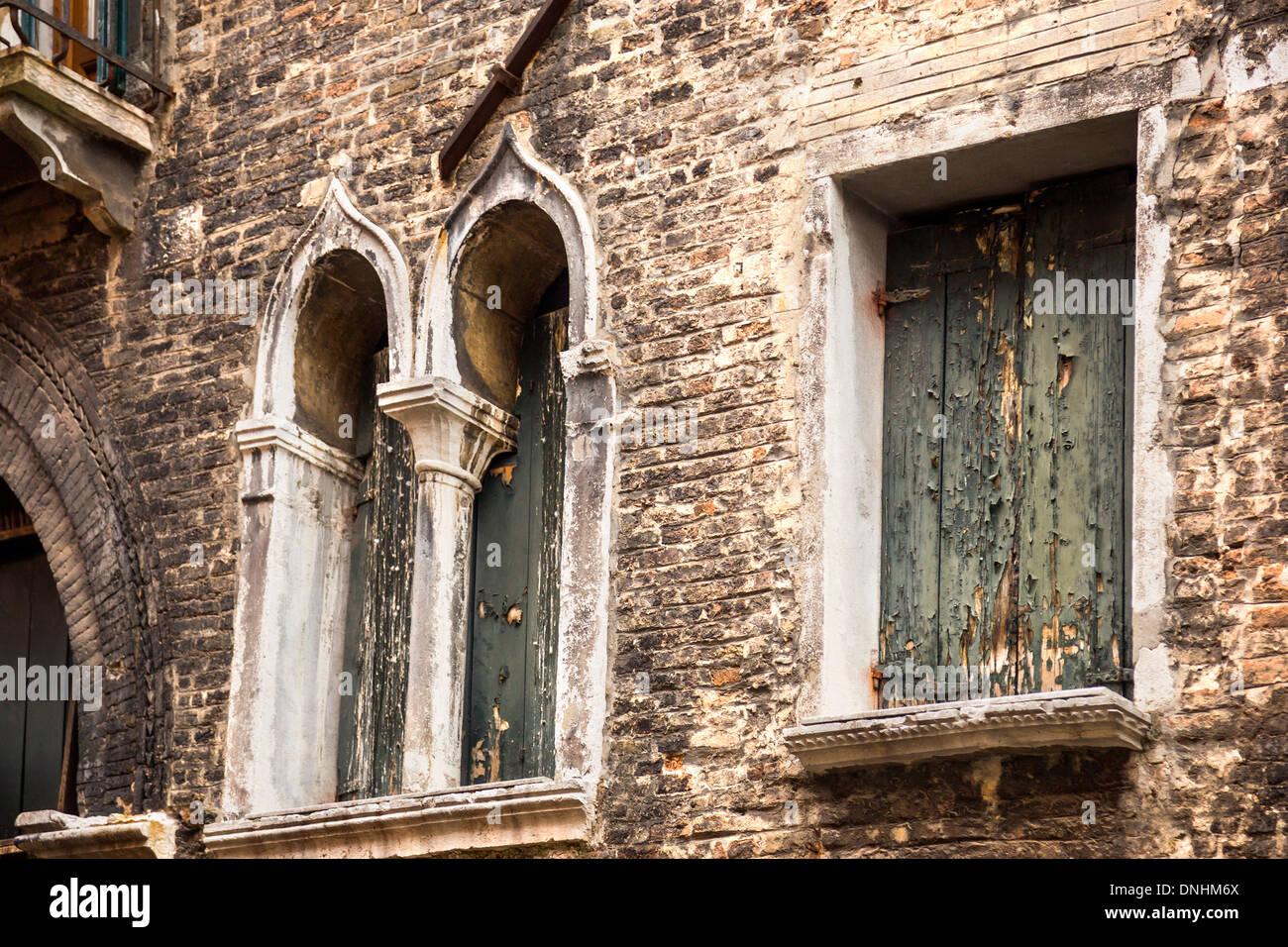 Low angle view of windows d'un bâtiment, Venise, Vénétie, Italie Banque D'Images