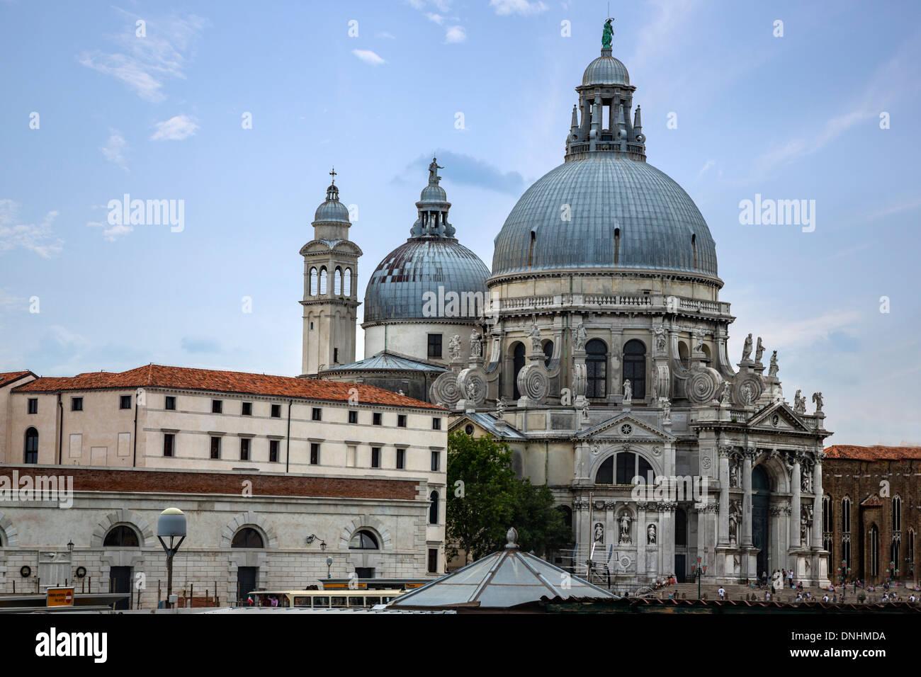 Dans une ville, l'église Santa Maria della Salute, Venise, Vénétie, Italie Banque D'Images