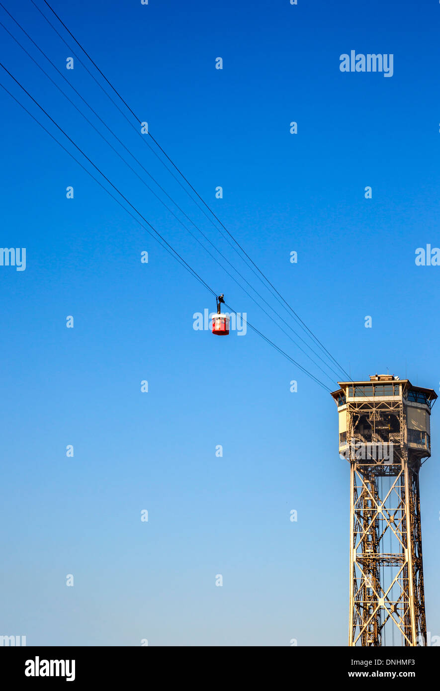 Low angle view of overhead cable car, Barcelone, Catalogne, Espagne Banque D'Images