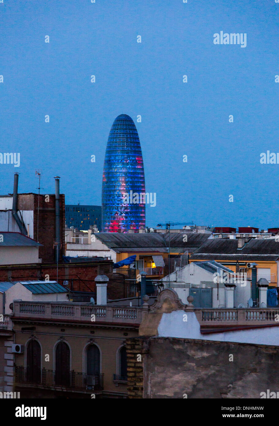Dans une ville, la tour Torre Agbar, Barcelone, Catalogne, Espagne Banque D'Images