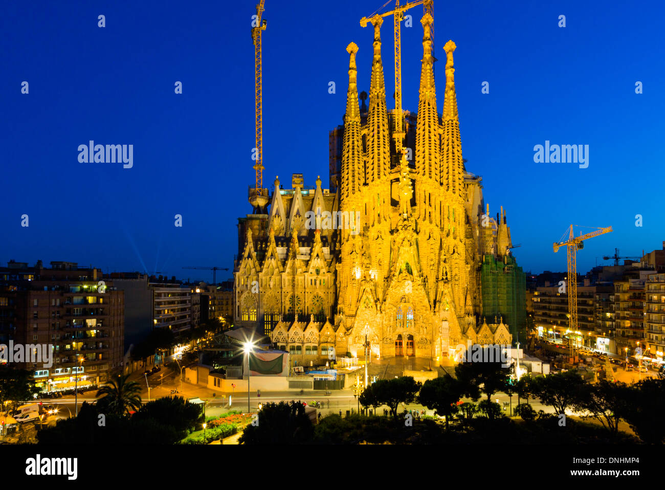 Dans une ville, l'église Sagrada Familia, Barcelone, Catalogne, Espagne Banque D'Images