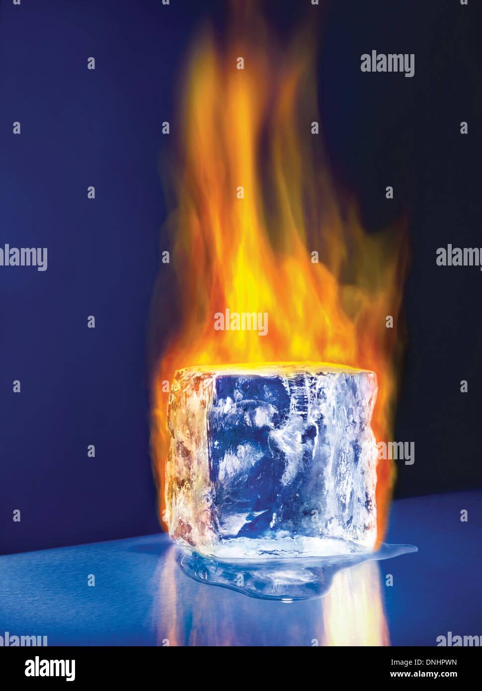 Un grand bloc de glace fondante cube sur l'incendie. Banque D'Images