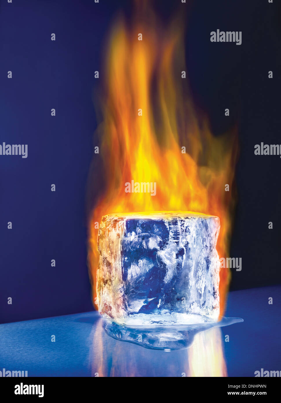 Un grand bloc de glace fondante cube sur l'incendie. Photo Stock