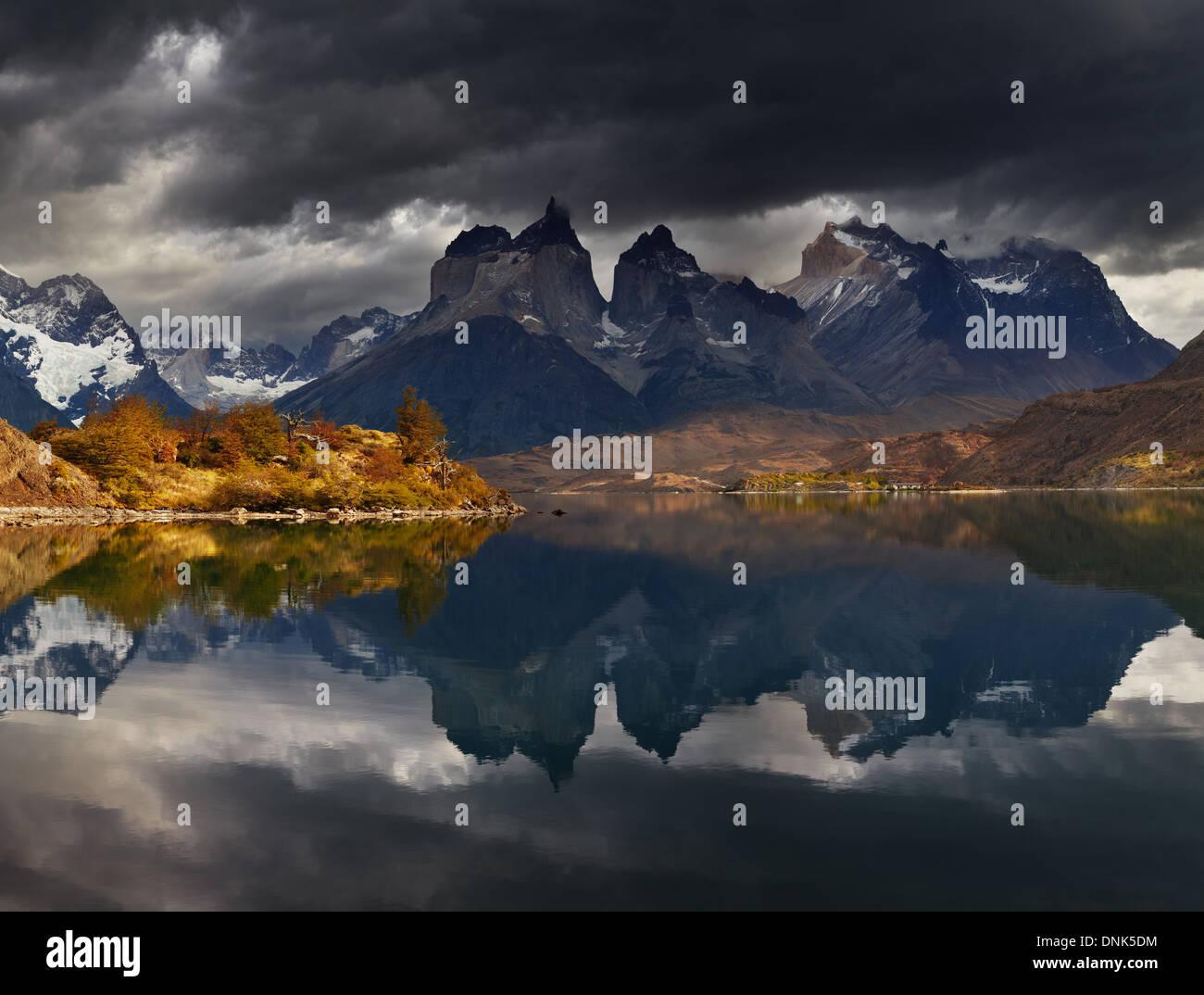 Lever du soleil dans le Parc National Torres del Paine, le Lac Pehoe et Cuernos montagnes, Patagonie, Chili Photo Stock