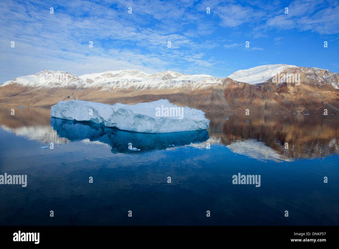 Paysage du Groenland iceberg juste avant le coucher du soleil, avec l'iceberg d'un bleu pur et réflexions, la montagne Photo Stock