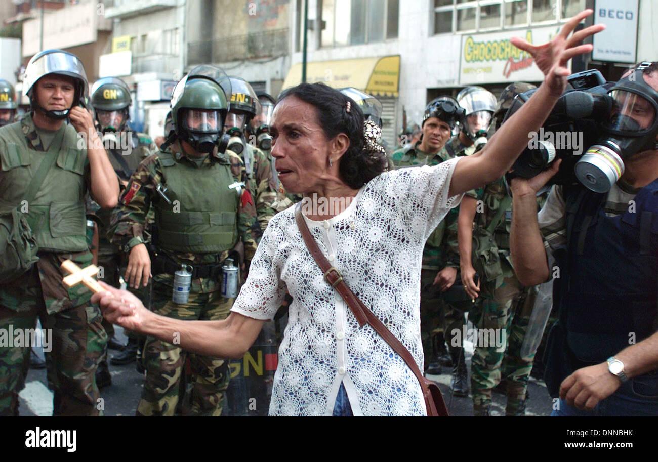 Membre de l'opposition crie à la garde nationale au cours d'une protestation contre le président Hugo Chavez à Caracas, Venezuela Photo Stock