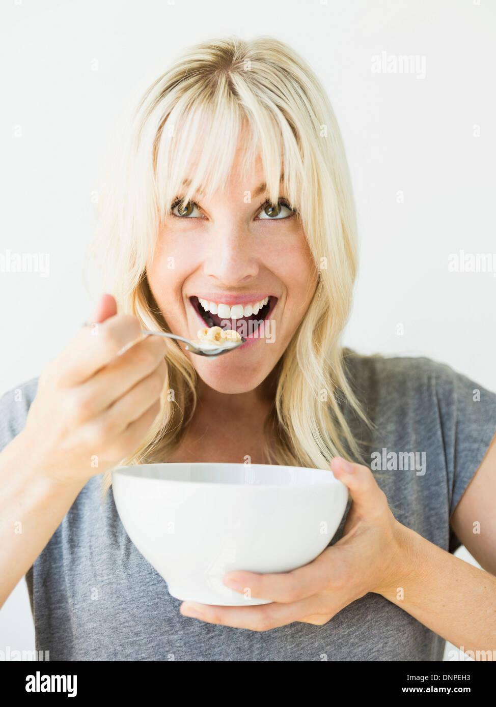 Woman eating céréales Photo Stock