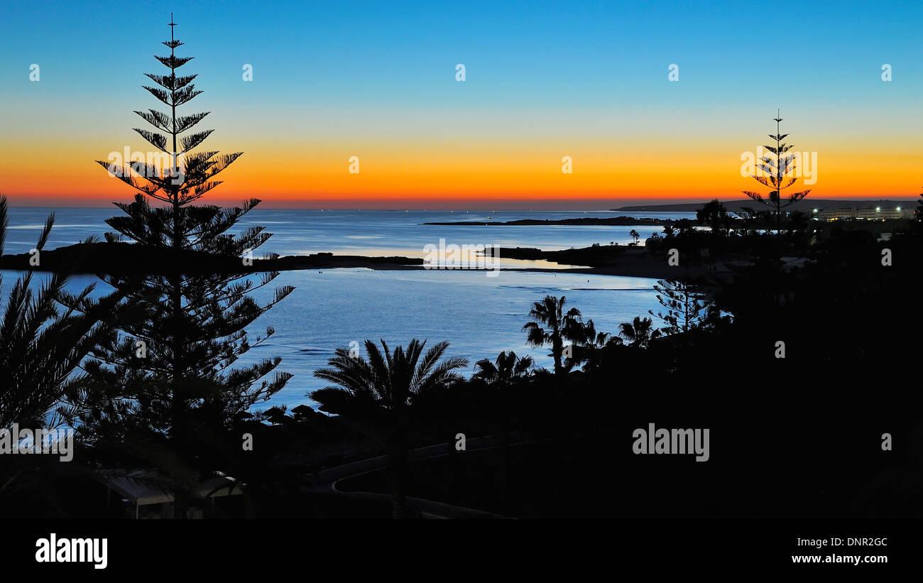 Coucher du soleil à la plage de Nissi, à Ayia Napa, Chypre. Photo Stock