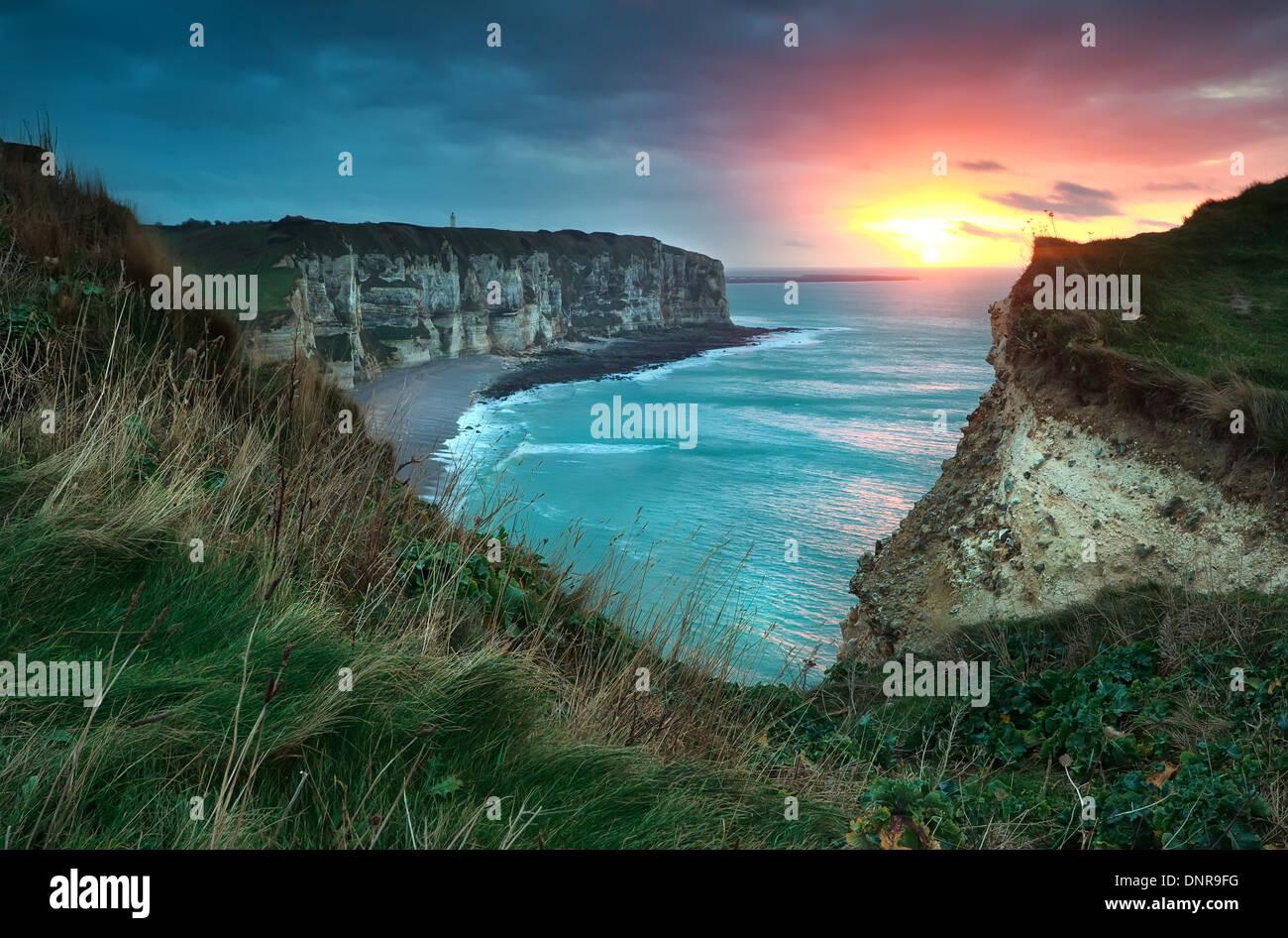 Au coucher du soleil chaud de l'océan et les falaises, Etretat, France Photo Stock