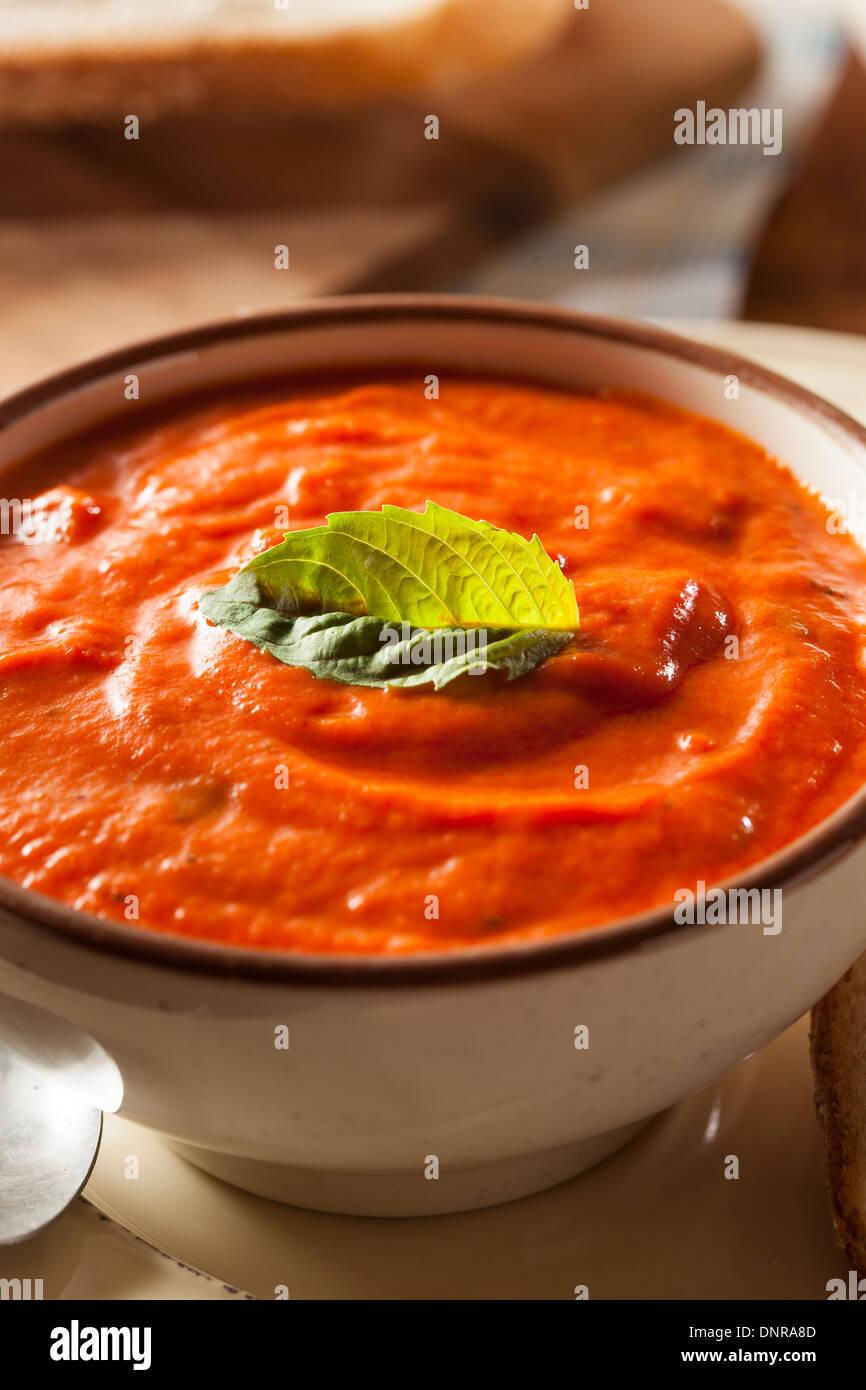 Crème de tomates au basilic soupe au pain en biscuit Photo Stock