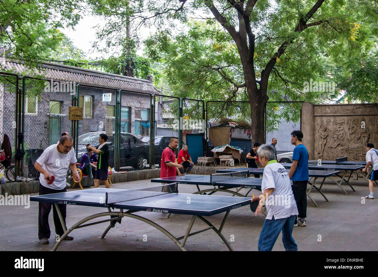 Les gens à jouer au tennis de table dans un parc, Beijing, Chine Photo Stock