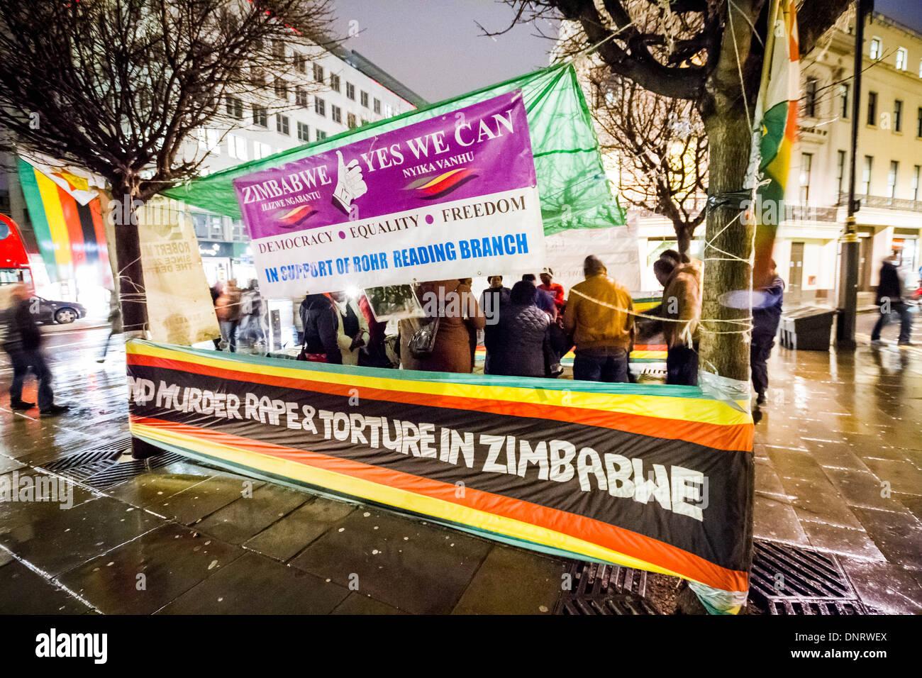 Veillée de protestation contre Robert Mugabe à l'extérieur du Zimbabwe Ambassade de France à Londres Photo Stock