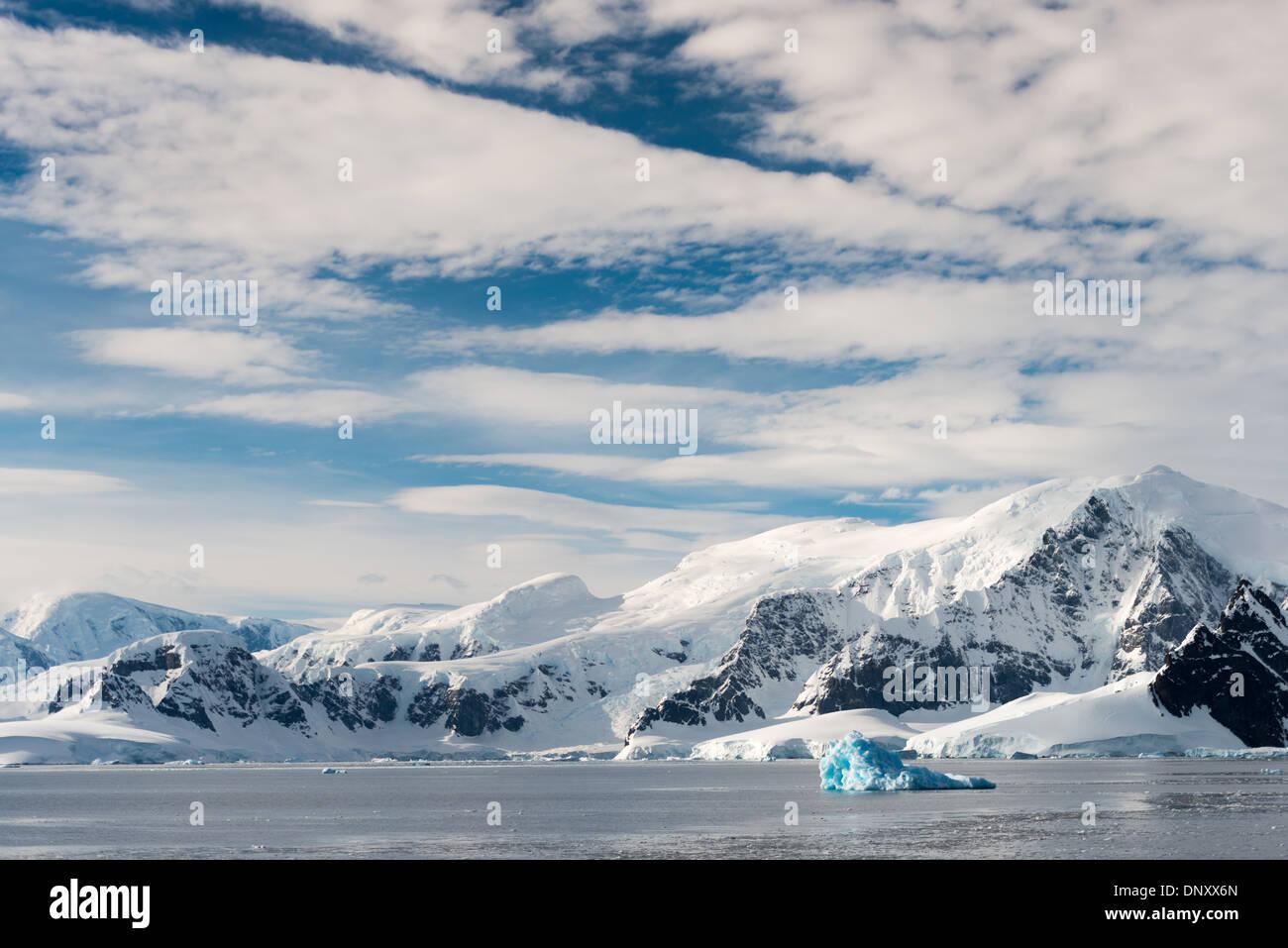 L'ANTARCTIQUE - Ciel bleu et nuages abaove le spectaculaire paysage montagneux de la région du détroit de Gerlache Banque D'Images