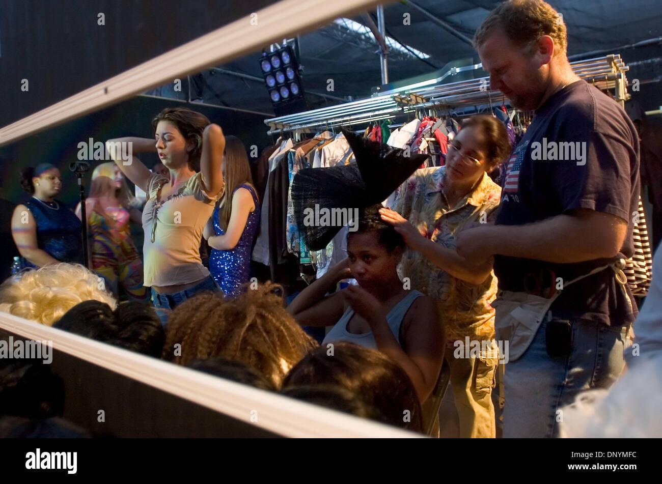 Aug 09, 2006; Los Angeles, CA, USA; Nina Pinckard et Brian aide Bjorgum Carla Fleming dans son Patti LaBelle perruque Mercredi, le 9 août 2006 lors d'une répétition de l'État juste's Pop Rocks production à Cal Expo. L'extravaganza comprend chanson et moucheté d'Elvis à Madonna et défileront autour de la foire tous les soirs. Le salon ouvre ses portes au public vendredi. Crédit obligatoire: Pho Photo Stock