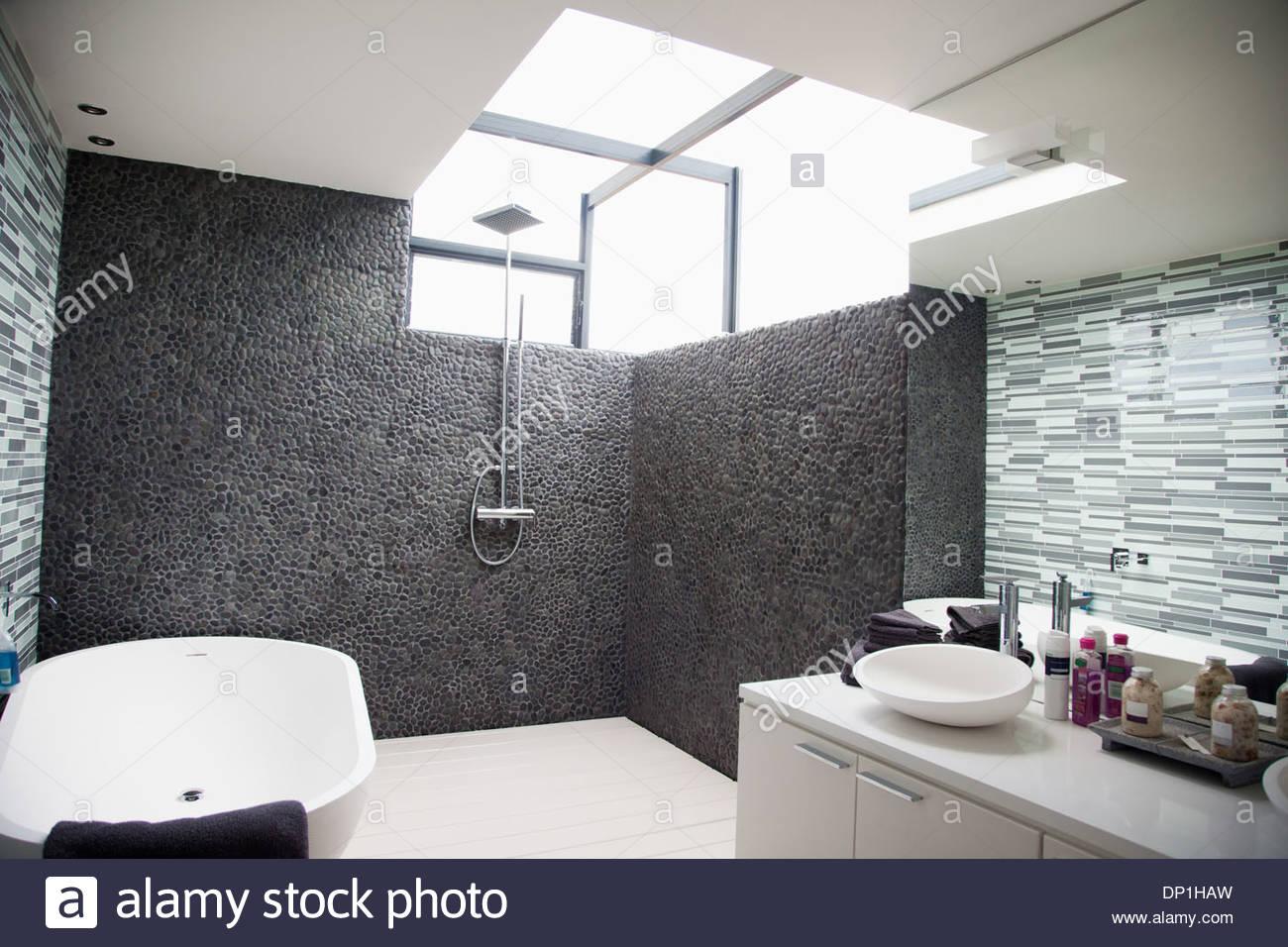 Soleil qui brille par la fenêtre dans une salle de bains moderne Photo Stock