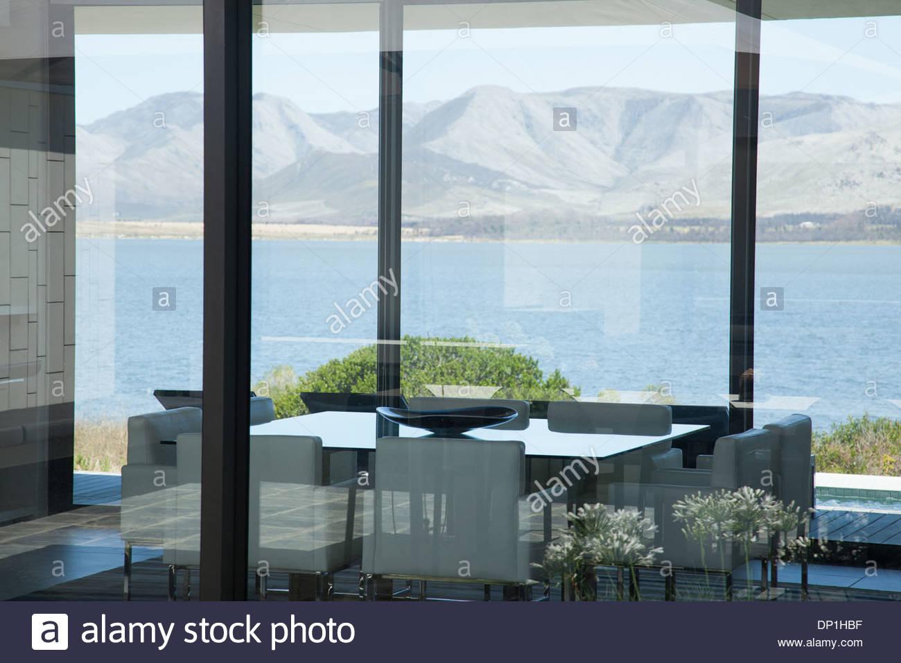 Vue du lac à partir de la fenêtre de chambre moderne Photo Stock