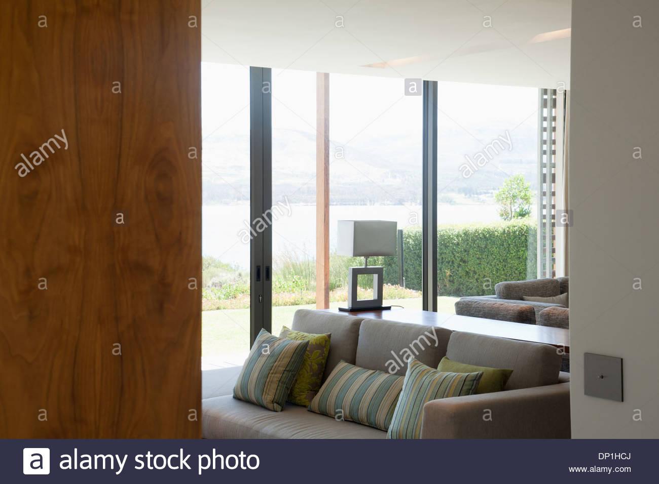 Vue sur salon through doorway Photo Stock