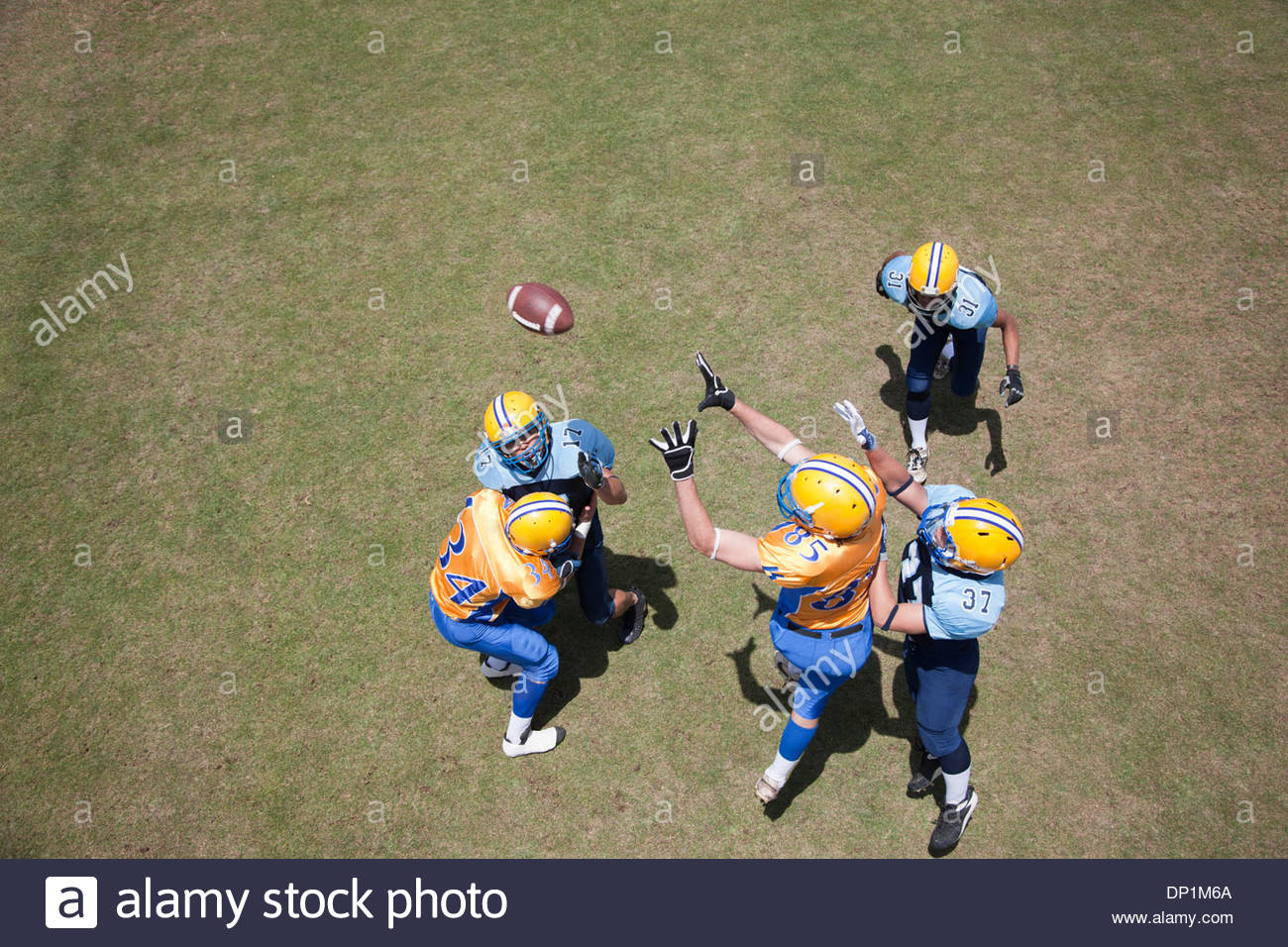 Joueur de football jouer au football Photo Stock