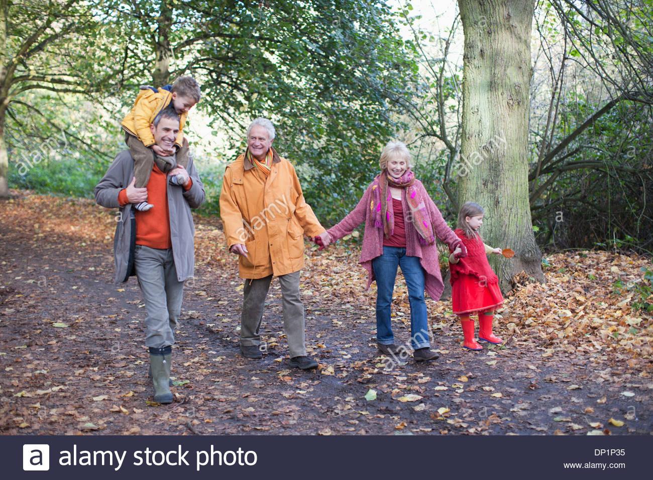 La marche à l'extérieur de la famille élargie en automne Photo Stock