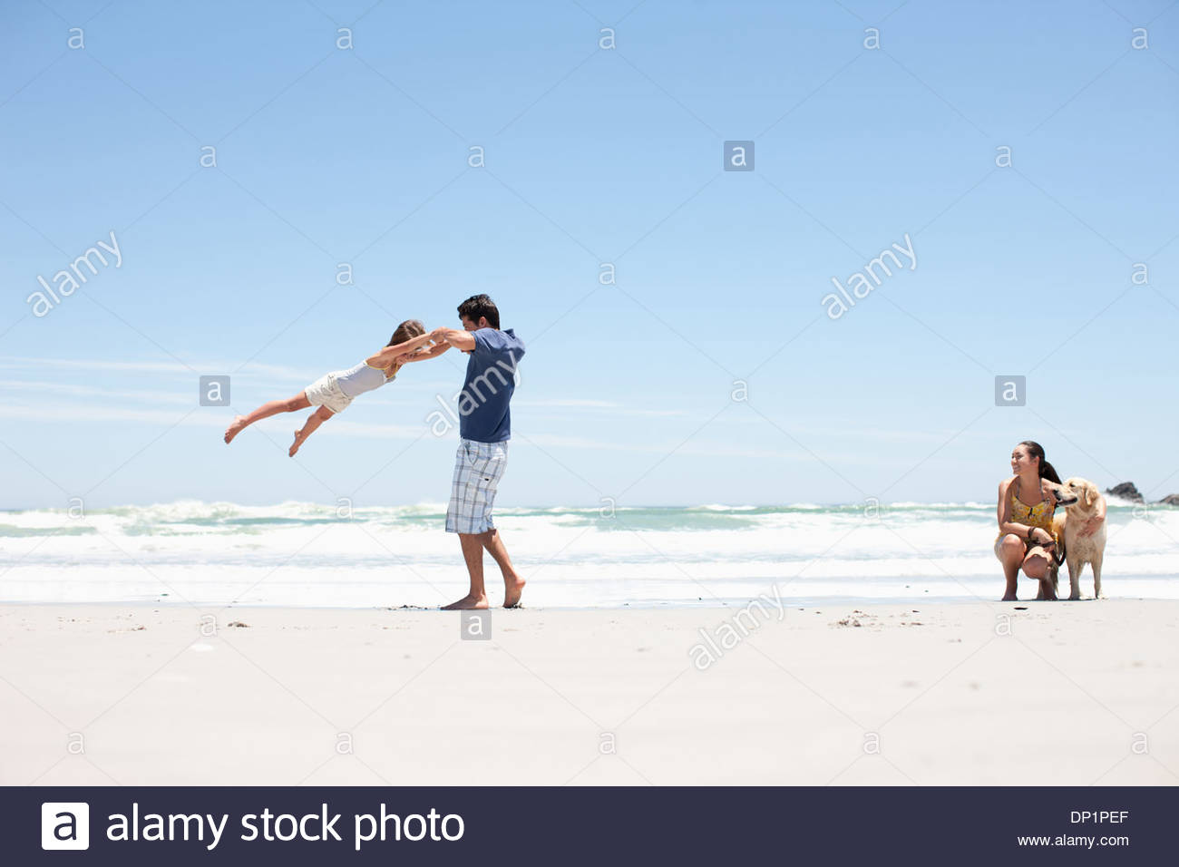 Famille avec dog walking on beach Photo Stock