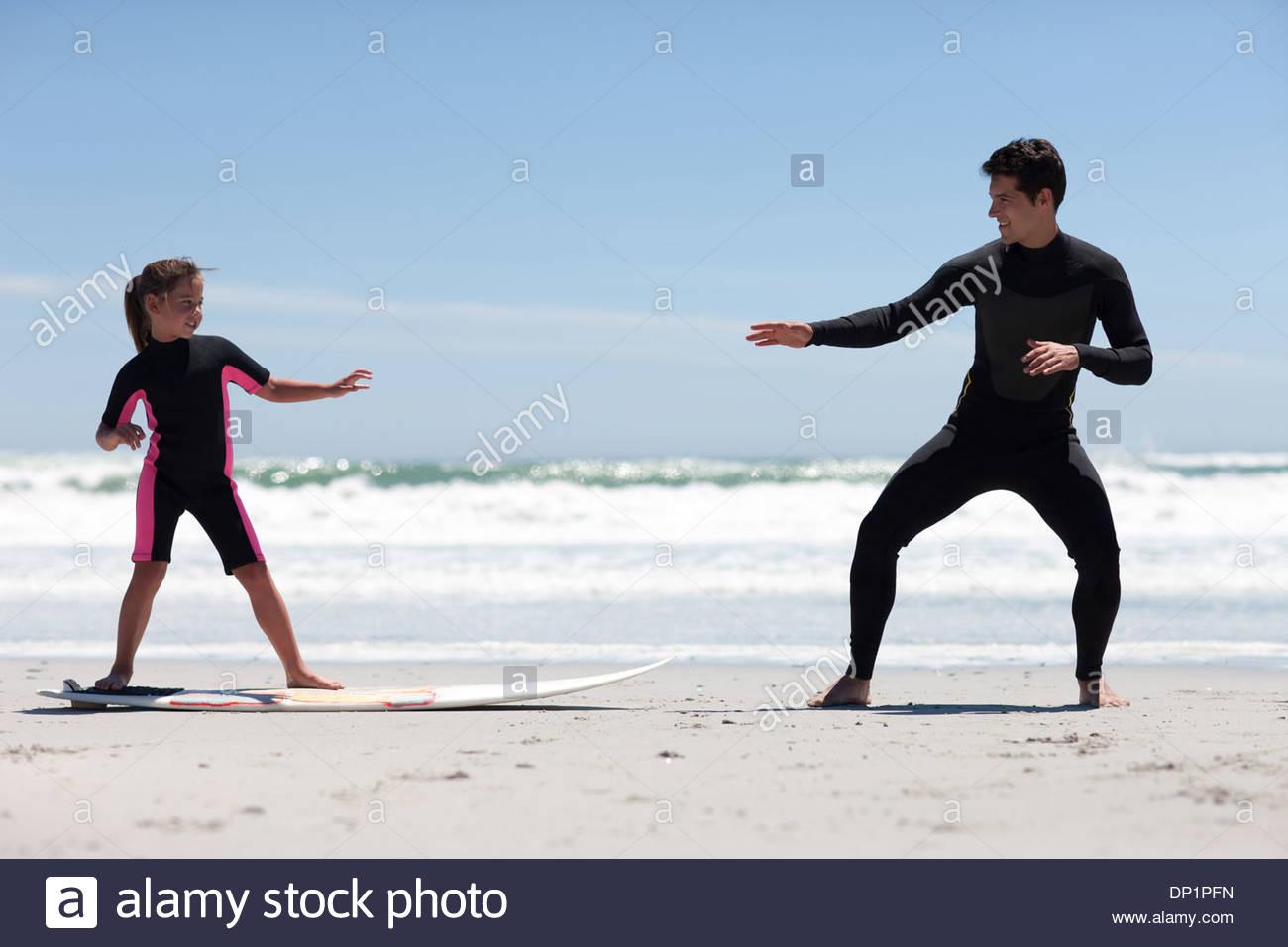 L'enseignement du Père fille à surf Photo Stock