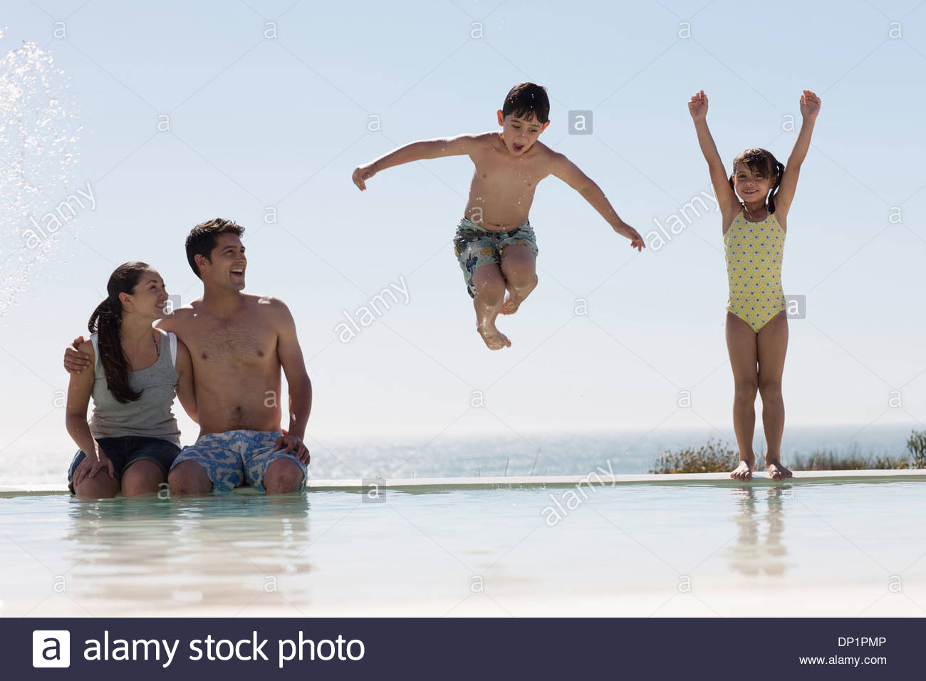 Jouer en famille piscine Photo Stock