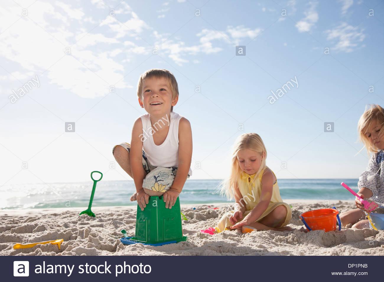 Les enfants jouant sur la plage Photo Stock