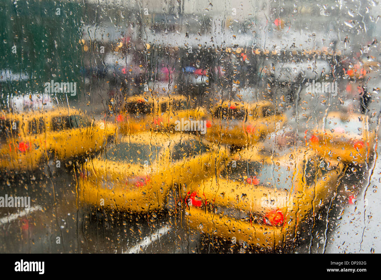 Des taxis dans la pluie, Manhattan, New York City, New York, USA Photo Stock