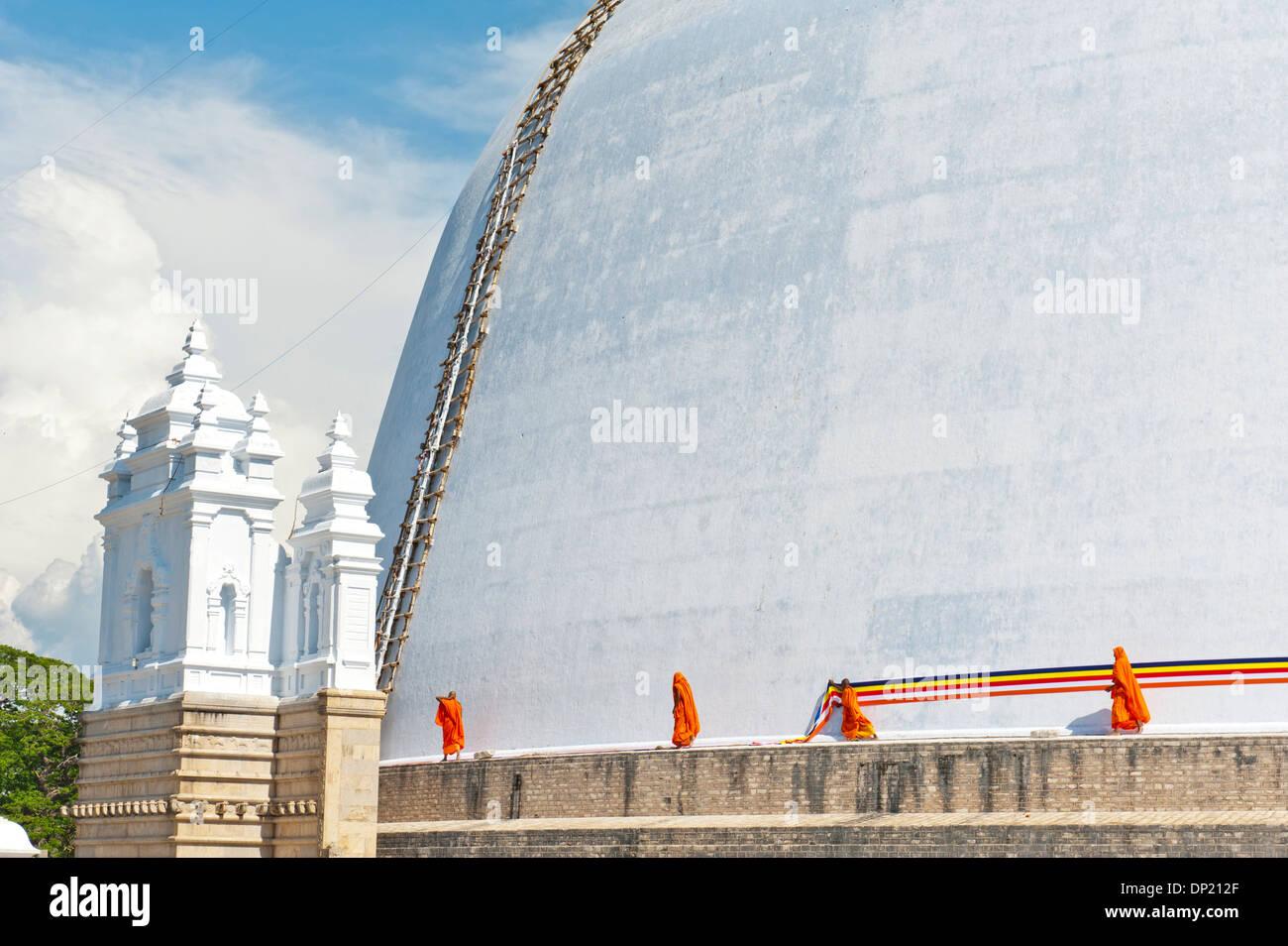 Lier un chiffon moines autour d'un grand stupa blanc, Ruwanwelisaya Dagoba, Anuradhapura, Sri Lanka Photo Stock