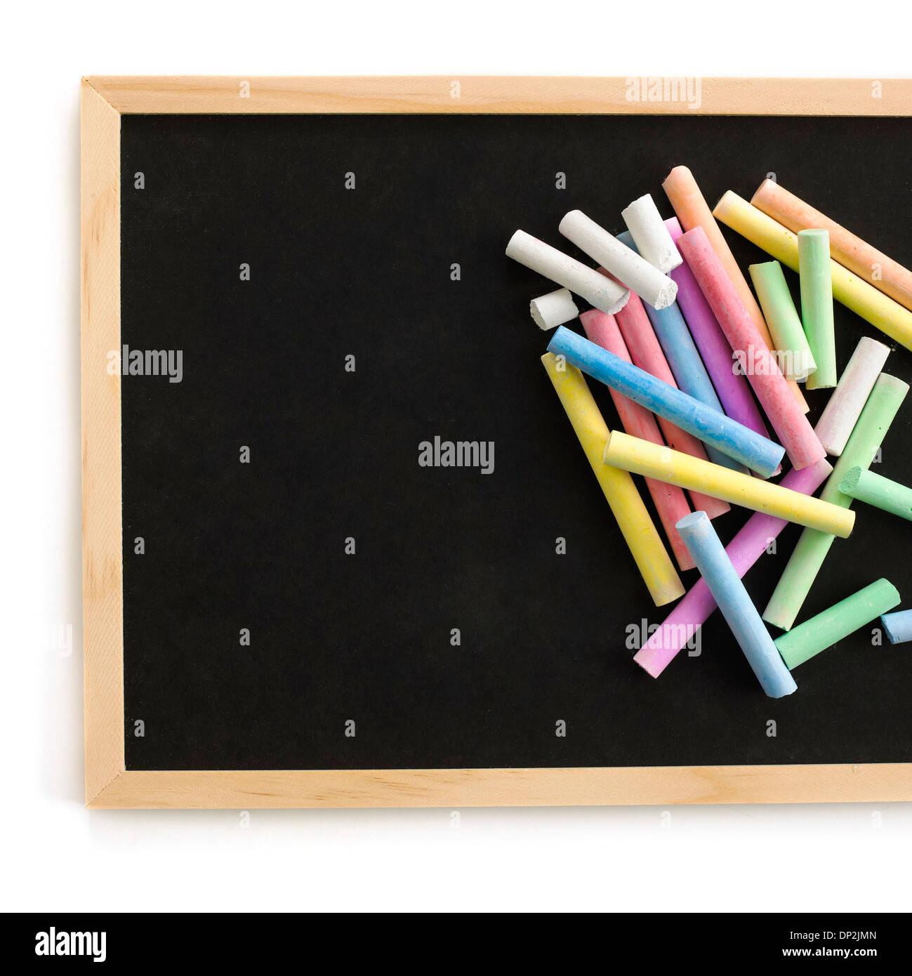 Les craies de couleur et blackboard Banque D'Images