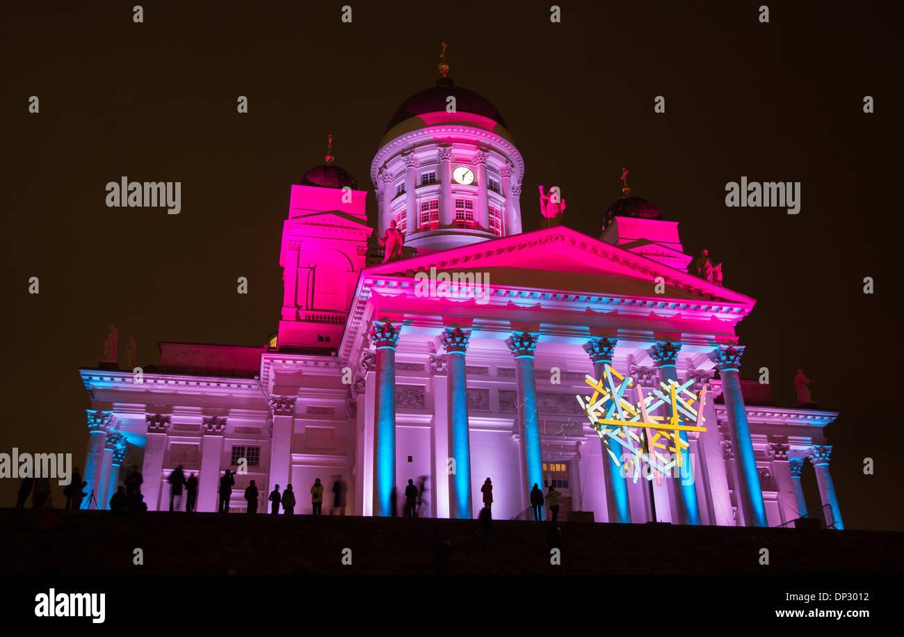 Cathédrale d'Helsinki en couleurs surréalistes projetées sur sa façade et le symbole du cœur dans l'événement 2014 Helsinki Lux. Photo Stock