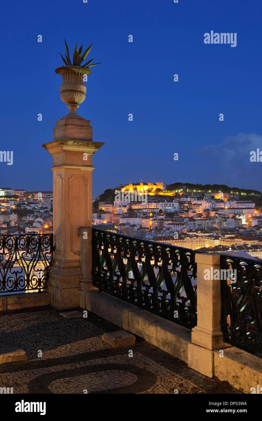 Castelo de Sao Jorge illuminé de nuit vu de Sao Pedro de Alcantara, Lisbonne, Portugal Banque D'Images