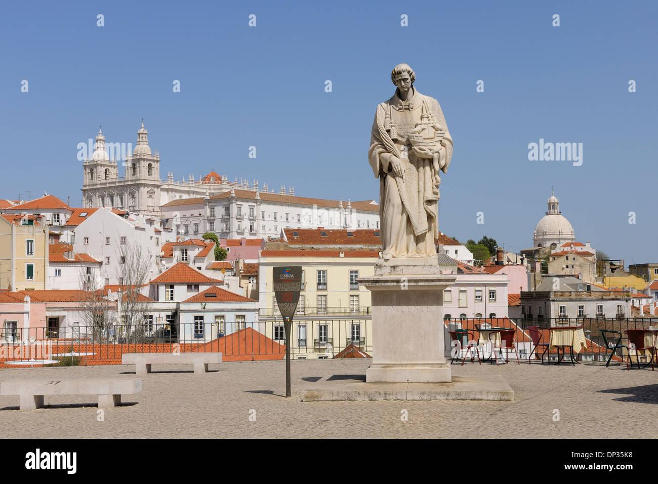 Miradouro das Portas do Sol, Statue de Sao Vicente, Monastère de São Vicente de Fora en arrière-plan, l'Alfama, Lisbonne, Portugal Banque D'Images