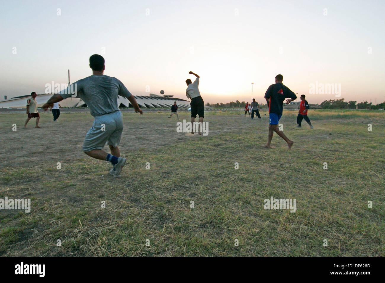 Juin 04, 2006; BAGDAD, IRAK, soldats irakiens hors-service jouer un match de football au crépuscule dans un champ près de la Tombe du Soldat inconnu dans la zone verte de Bagdad le 4 juin 2006. La zone internationale, également connu sous le nom de la zone verte, se trouve à 5 milles carrés de Bagdad qui contient le gouvernement national iraquien et de la Coalition, le Premier ministre irakien, le bureau du Ministère irakien de la Défense, et U. Banque D'Images